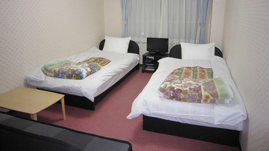 ・【バス付ツイントリプル】お部屋にはベッド2台とソファベッド1台が利用できます