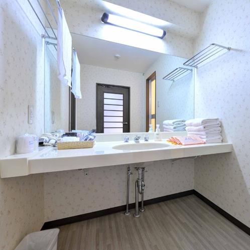 *【クラッセ棟・ロイヤルルーム一例】広々とした洗面所はお子様連れでも快適にご利用頂けます。