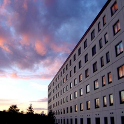 【ホテル外観】夕焼け時も大自然のスケールに驚かされます。