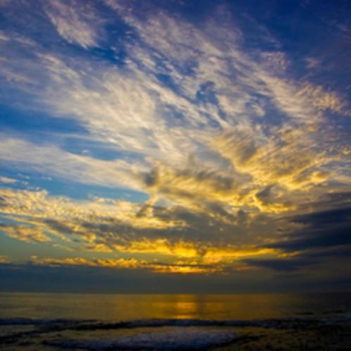 【内浦湾】朝日を覆う雲が雄大さを醸し出す