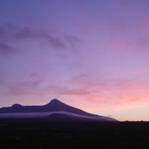 【駒ヶ岳】沈む夕日が空と山を朱に染めていく