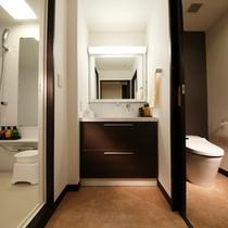 ≪MODERN VILLA SUITE ROOM≫三点分離のバス・トイレ・化粧室