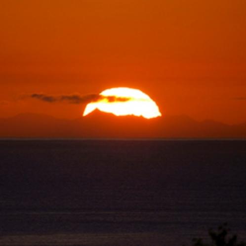 【日の出】山脈の高さは地球の円さを納得させる