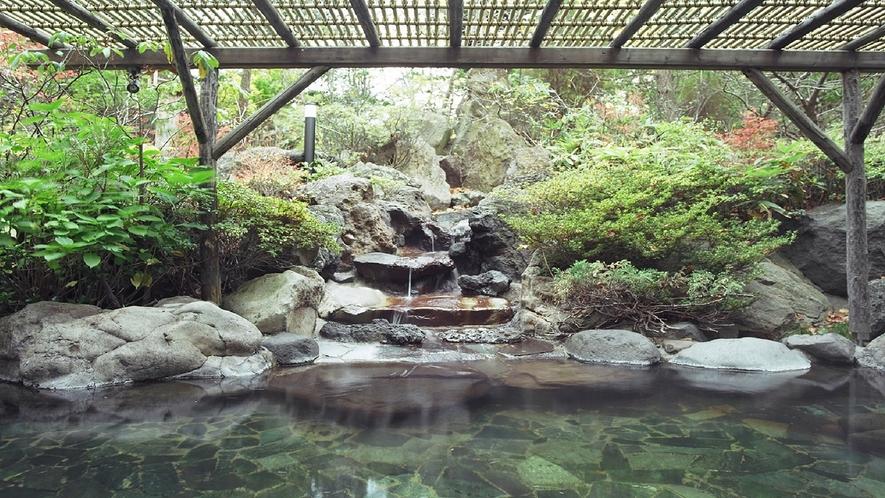 四季のうつろいを感じる岩づくり露天風呂