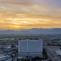 [外観]夕日に染まる長野市街を眺められる立地です。
