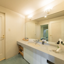 [スイートルーム洗面台]バス・トイレ・洗面台は独立式です。