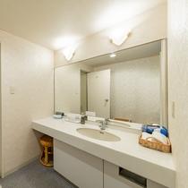 デラックスルームのユニットバスは独立洗面台です。