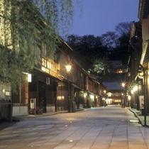 【ひがし茶屋街】 金沢市の卯辰山山麓を流れる浅野川の川岸に古い街並みが残り昔の面影をとどめています。