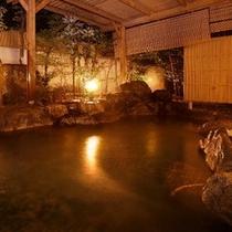 【露天温泉岩風呂】風を感じながら温泉を愉しむ