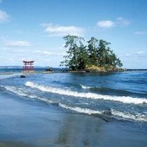 【恋路海岸】 波が穏やかな恋路海岸は悲恋伝説が残る海岸です。※お車で約90分