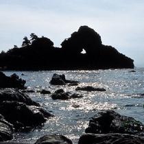 【窓岩】 板状の岩の真ん中に直径2mほどの穴が開いている奇岩です。※お車で約90分