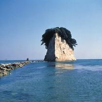 【見附島】形が軍艦に似ていることから軍艦島と呼ばれる奇岩※お車で約120分
