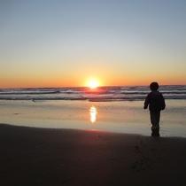 【夕陽】海岸まで約2キロ、水平線へ沈む夕陽に息を飲みます。