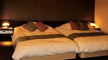 客室(スーペリアツインルーム)ベッド間スペースがないハリウッドタイプ*
