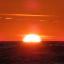 【夕陽】日本海の荒波に沈みゆく夕陽もまた格別!