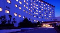外観(夜)夕闇に浮かぶ白亜のリゾートホテル*