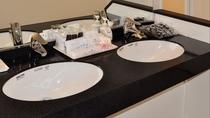 客室(スーペリアツインルーム)バストイレ(温水洗浄便座)独立型で洗面台2つ*