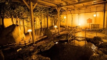 志賀の郷温泉・露天温泉岩風呂(夜)四季折々の表情を見せる木々たちに囲まれながら*