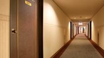 客室(8階通路)10階建ての館内は3~9階が客室フロア*