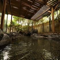 志賀の郷温泉・露天温泉岩風呂(朝)朝の澄んだ空気の中、とっておきのリラックスタイムを