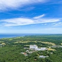 外観(上空)能登ゴルフ倶楽部の緑色と日本海の青色