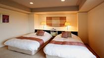 客室(和洋ロイヤルスイート)リビングルームから独立した寝室が2つある特別室*