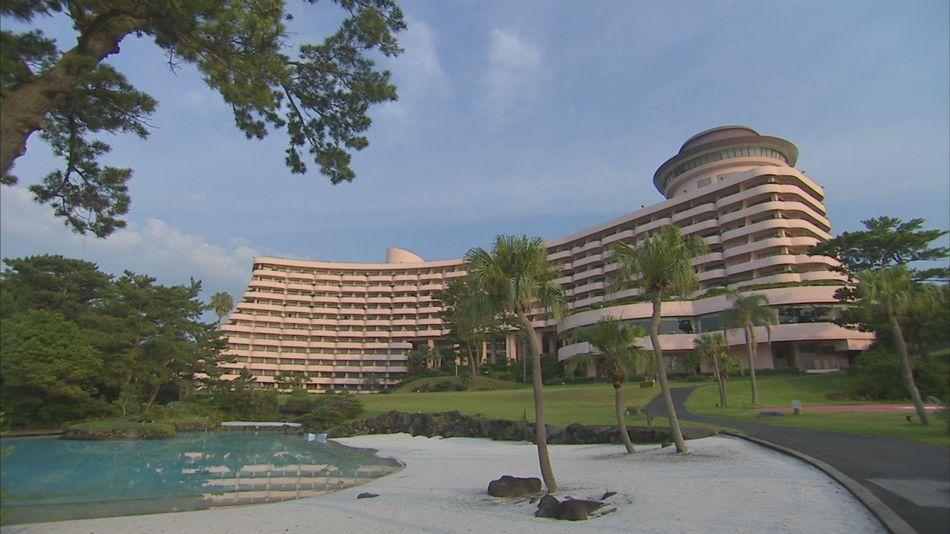 人工ビーチからホテルを眺める