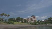 海岸からホテルを眺める