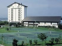 本館外観とテニスコート