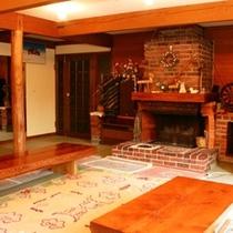 館内 暖炉が嬉しいパブリックスペース