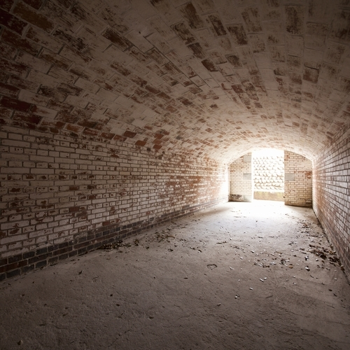 【遊歩道】砲台跡にある、弾薬庫。貴重な歴史遺産です。