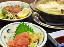 【日替わり定食の一例】海の幸が中心のほっと落ち着く夕食をぜひどうぞ。