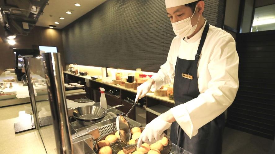 【ステージキッチン】当館人気の朝食メニュー揚げパンはいかが?