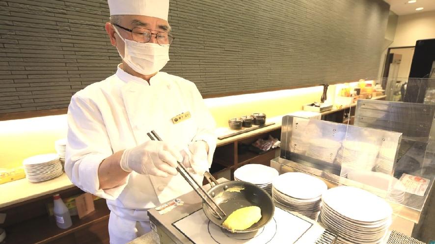【ステージキッチン】ふわふわのオムレツは1つ1つ丁寧に焼きあげます