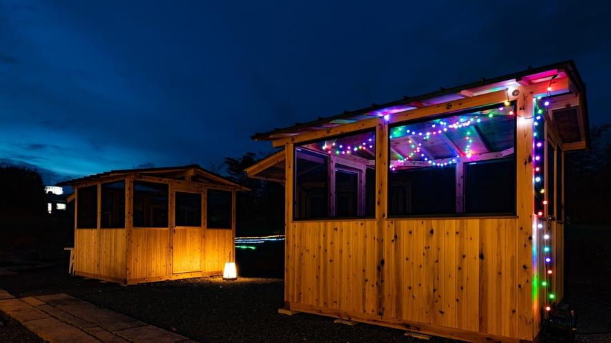 【庭苑BBQハウス】広々としたテーブルとベンチが配された個室風のBBQハウス