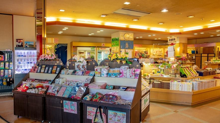 【売店】地元名産やオリジナル土産に加え、ファッション用品や赤ちゃん用品まで