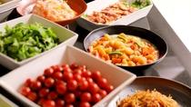 【朝食~ブッフェスタイルVer<現在お休み中>】お野菜やご当地名物も楽しめる朝ごはんです
