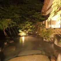 【露天風呂】渓流沿いで開放感抜群な露天風呂(夜間)