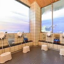 *【女湯大浴場】洗い場。シャワーは5台ございます。