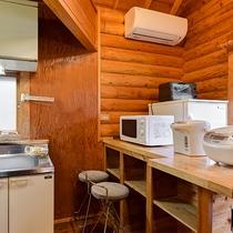 *【ログハウス標準棟キッチン】炊飯器や電子レンジもご自由にお使いください。