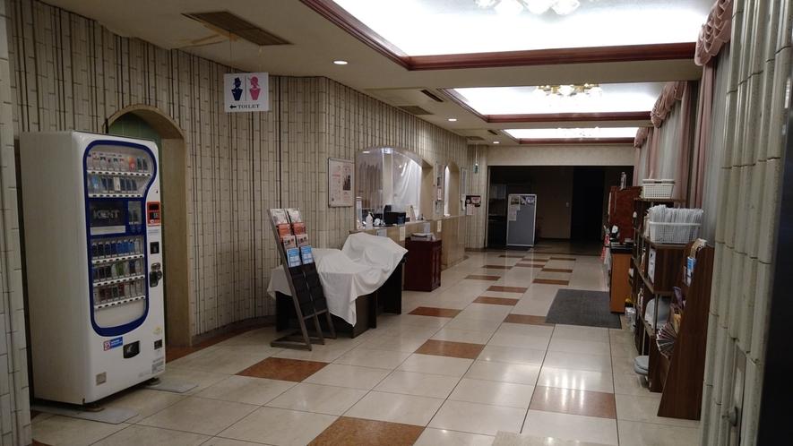 【ロビー】ホテル目前にはショッピングセンターあり!