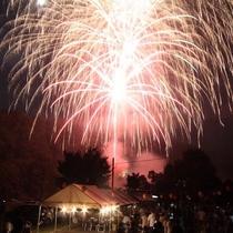 藤原では打ち上げ花火をごろんと手足を伸ばして観覧できます♪