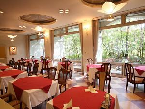 窓の大きな明るいレストランで楽しくおいしくお食事を