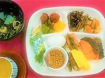朝食バイキング(和食例)ご飯・卵料理・魚料理・煮物・納豆・みそ汁・漬物 等