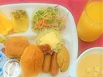 朝食バイキング(洋食例)パン・ウインナー・卵料理・ポテト・サラダ・フルーツ・スープ 等