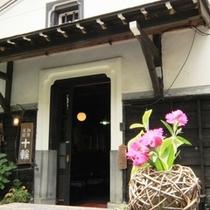 【喫茶 十輪】入口付近に飾られたきれいな花