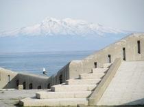 【網走港(ぽぽ260防波堤)】天気の良い日には知床連山が見える絶好の散歩コースです。