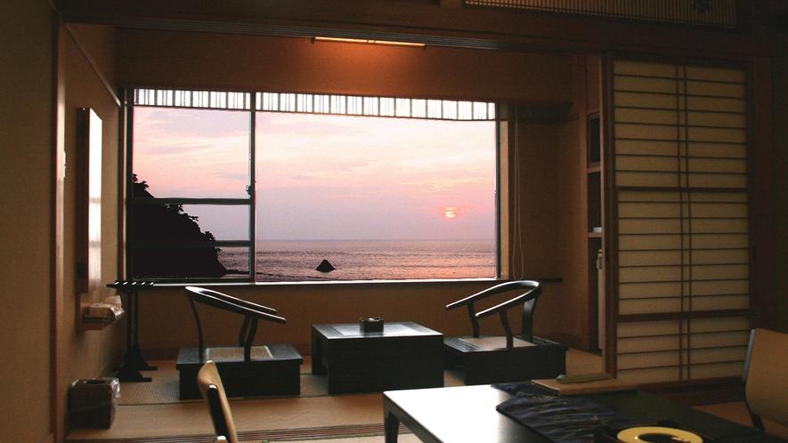 ■窓から望む西伊豆の夕陽が海と空の色を変える。[オーシャンビューのスタンダード客室]