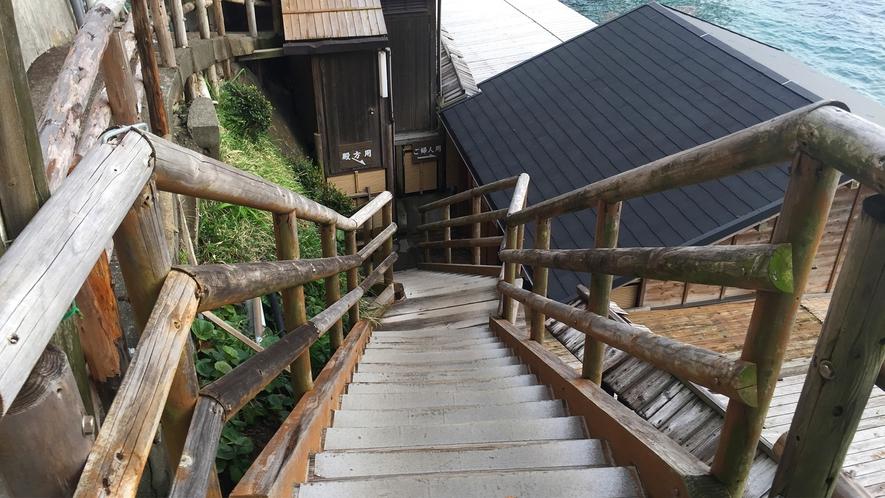 ■露天風呂までは屋外階段を下ります。[波打ち際の露天風呂]