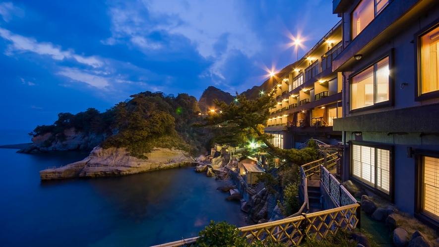 ■入り江の断崖に佇む海辺のかくれ湯宿。西伊豆で最も海に近い旅館です。